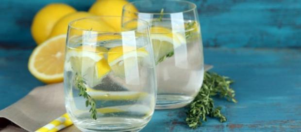 De ce trebuie să bem apă cu lămâie dimineaţa