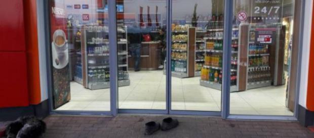o batrana s-a descaltat in fata magazinului