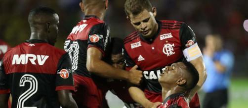 Lucas Silva, ajoelhado, comemora o primeiro gol do Flamengo