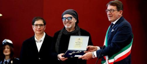 Vasco Rossi ha ricevuto la cittadinanza onoraria di Modena. ( Foto: la pagina Facebook di Vasco )