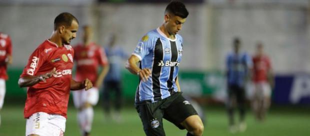 A disputa de bola entre os jogadores de São Luis e Grêmio