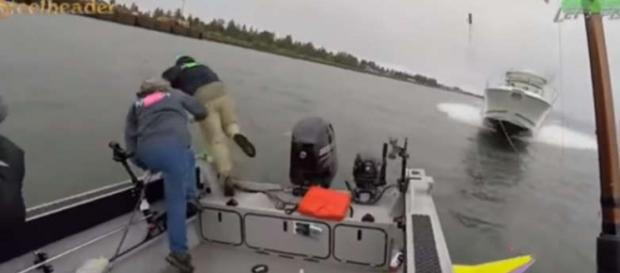 Momente dramatice, trei pescari sar în apă pentru a supraviețui - Foto: Captură YouTube