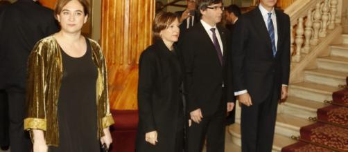 Ada Colau, Carles Puigdemont y el Rey Felipe VI en el Mobile World