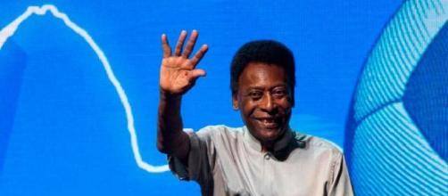 Em sua última aparição pública, Pelé, o rei do futebol, acena para o público