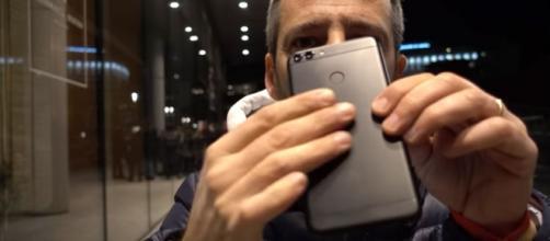 Il Huawei P Smart in mano ad Andrea Galeazzi
