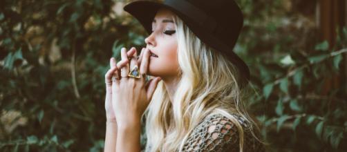 ¿Por qué no recurrir a un bonito pañuelo o sombrero para camuflar el pelo acartonado?