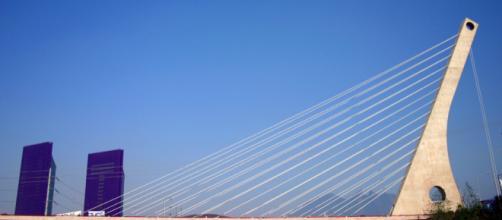 Puente de la Unidad. Llamado así pues une a las ciudades de Monterrey y San Pedro, Garza García