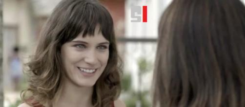 Clara conhece sua irmã e reação é indício de bons momentos entre elas em 'O Outro Lado do Paraíso'