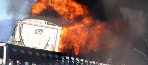 laRegione | Brescia, camion cisterna prende fuoco in autostrada: 6 ... - laregione.ch