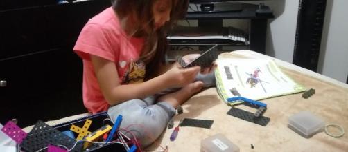 Niña de 6 años armando su propio robot