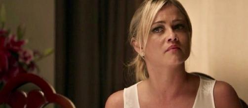 Suzy (Ellen Rocche) bolará plano para dar o troco no marido gay na novela das nove da Globo.