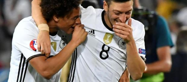 Haben beide gut Lachen - Özil und Sane