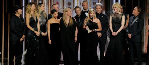 No centro Reese Whiterspoon discursa sobre o movimento Time's Up, no Globo de Ouro. Foto - sky.com