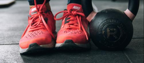 How to not feel awkward at the gym. [Photo by Maria Fernanda Gonzalez on Unsplash]