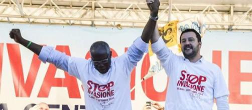 Tony Iwobi, responsabile immigrazione della Lega, insieme a Salvini in una foto di repertorio