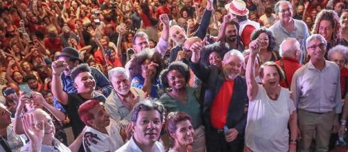 Ex-presidente discursou em ato junto a artistas e intelectuais em seu apoio.