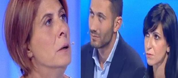 Michelina e la nuora Ilaria, il figlio Fabrizio chiude la busta.
