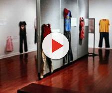 Roupas de vítimas de estupro chocam espectadores de exposição