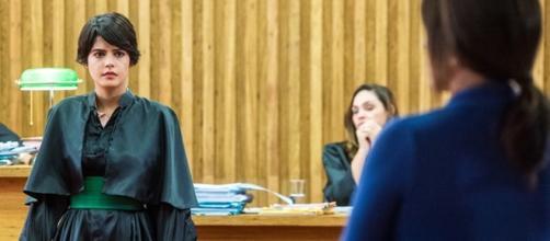 Duda e Adriana se reconhecem como mãe e filha no tribunal nesta segunda(22) em ''O Outro Lado do Paraíso''