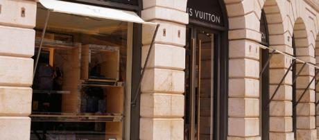 Devanture d'un magasin Louis Vuitton, à Paris.