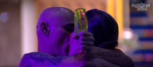 Ayrton beija sua filha em festa