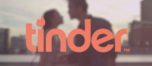 Tinder es una aplicación geosocial que permite a los usuarios comunicarse con otras personas con base en sus preferencias.