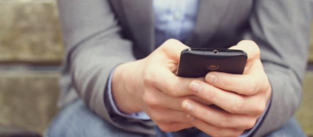 Un bărbat care și-a prins soția infidelă cu ajutorul unei aplicații pentru telefon riscă închisoarea