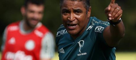 O treinador Roger Machado comanda o Verdão