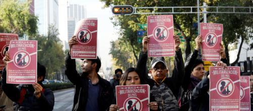 Activistas sostienen una protesta contra una ley que militariza la lucha contra el crimen en el país fuera del Senado en la Ciudad de México