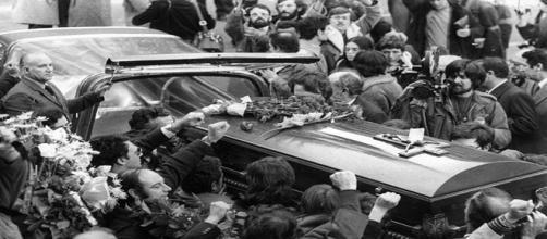 Imagen de la concentración multitudinaria antes del entierro de los cinco abogados asesinados en la calle Atocha.