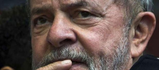 Lula é condenado por desembargadores e dificulta sua candidatura ao cargo de Presidente em 2018.