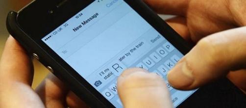 Esconderse detrás de los mensajes de texto a veces es para evitar la autorrevelación, ya sea positiva o negativa, en relaciones cercanas