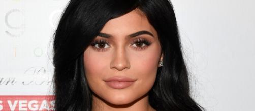 Kylie Jenner tenta disfarçar possível gravidez