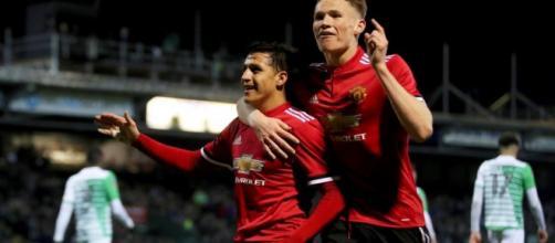 Sánchez debutó en el Manchester United que goleó y avanza