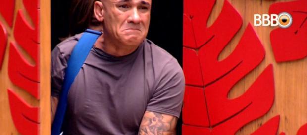 Ayrton emocionado ao entrar na casa (Foto: Captura de vídeo)