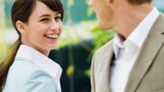 ¿Hablar con mujeres atractivas hace que los hombres sean más tontos?
