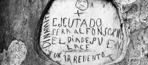 Imagen del mensaje tallado en el árbol del Retiro que anunciaba el atentado contra Alfonso XIII (archivo fotográfico ABC)