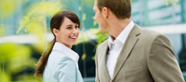 Hablar con mujeres atractivas hace que los hombres sean más tontos