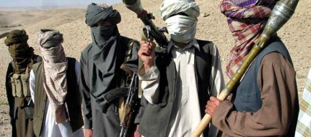 In alto, foto di alcuni Talebani nel deserto