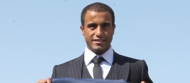 Lucas signe au PSG en août 2012 pour 40M d'euros.
