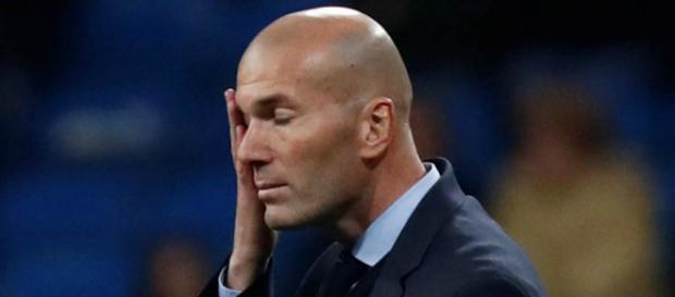 Zinedine Zidane enfadado en el área técnica
