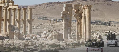 La bandera siria vuelve a ondear sobre Palmira. - euronews.com