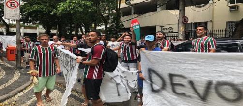 Protesto nas Laranjeiras, um dos acontecimentos do sábado do Fluminense (Foto: Hector Werlang/Globoesporte)