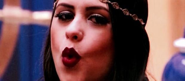 A BBB Ana Paula manda beijo para câmera