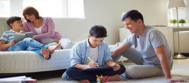 Ficción cruzada y padre hablando con sus hijos