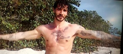 Stefano De Martino in acqua, il costumino di Perez, l'amore di ... - napolitoday.it