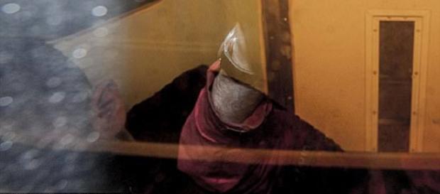 Conrad Pritchard escondeu seu rosto quando foi levado pela polícia