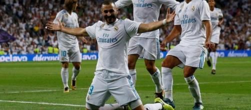 Benzema junto a sus compañeros..