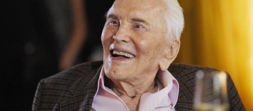 Kirk Douglas celebra sus 100 años con vodka. - lavanguardia.com