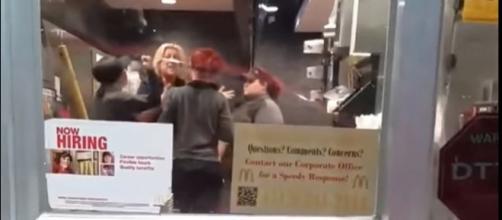 """Placa de """"contrata-se"""" no McDonald's onde houve a briga entre empregados. (Foto Reprodução)."""